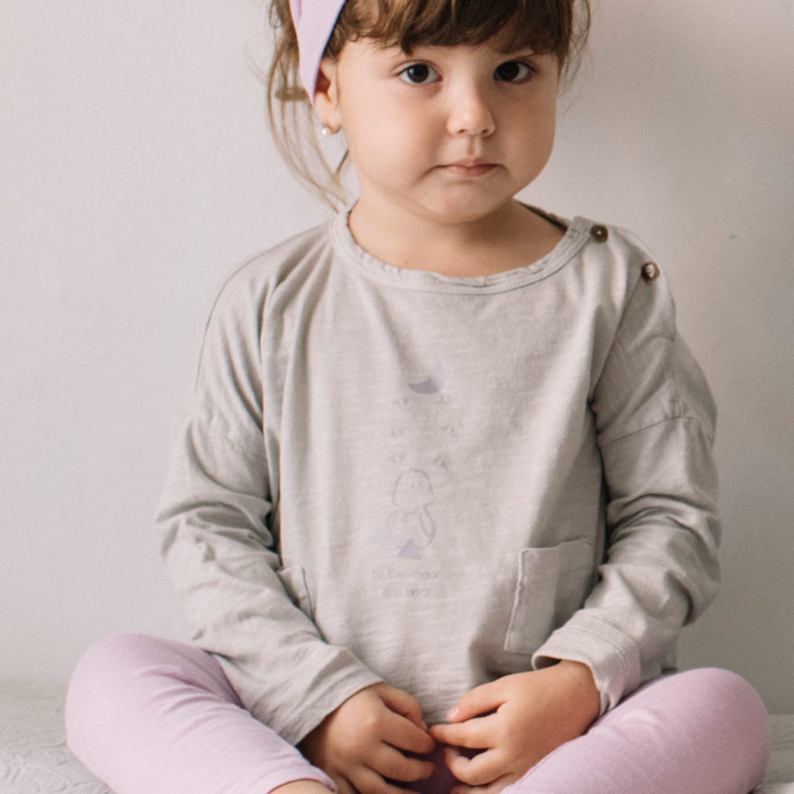 Niña Tilin con camiseta Gris Flow Love Moon