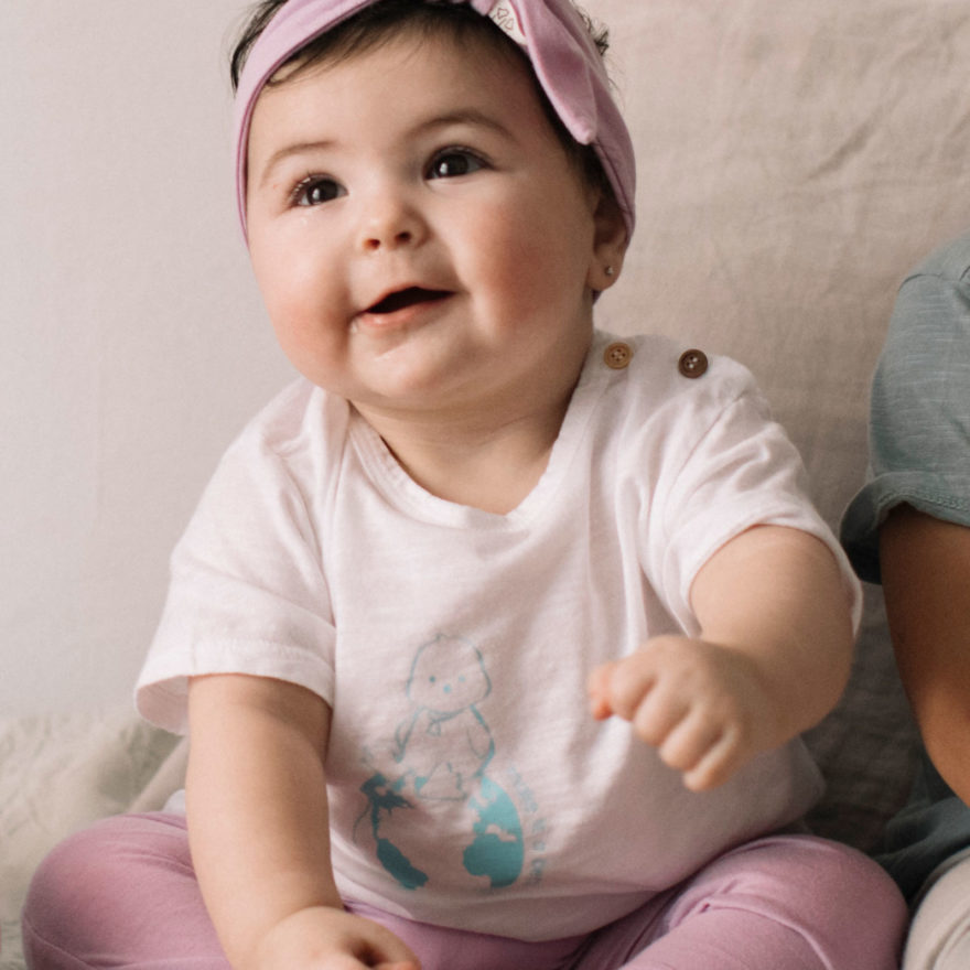 NIña Tilin con camiseta top world blanca